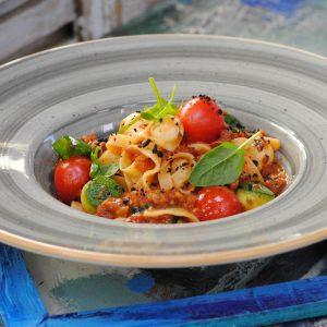 Тальятелле с томатами и моцареллой