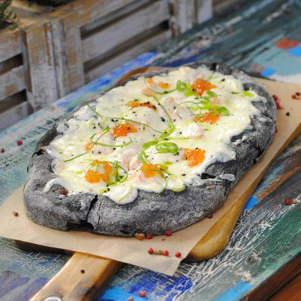Пицца NERO с лососем и красной икрой