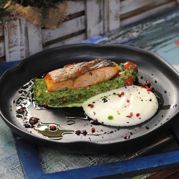 Стейк из лосося со шпинатом и кедровыми орешками