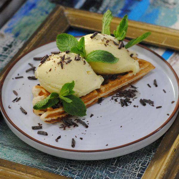 Бельгийская вафля с мороженым и кленовым сиропом