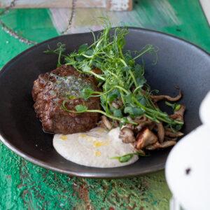 Филе миньон с белыми грибами и трюфельным маслом
