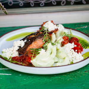 Стейк из фермерской карельской форели с салатом из огурцов